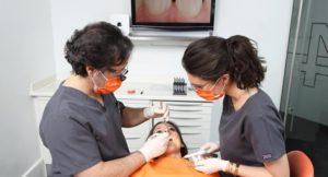Profesionales de cirugía estética de la encía